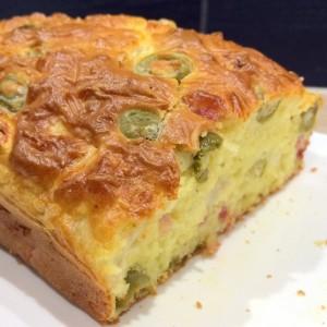 Cake aux olives, chèvre & lardons (photo)