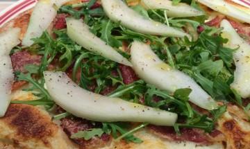 Pizza jambon cru, parmesan & poires